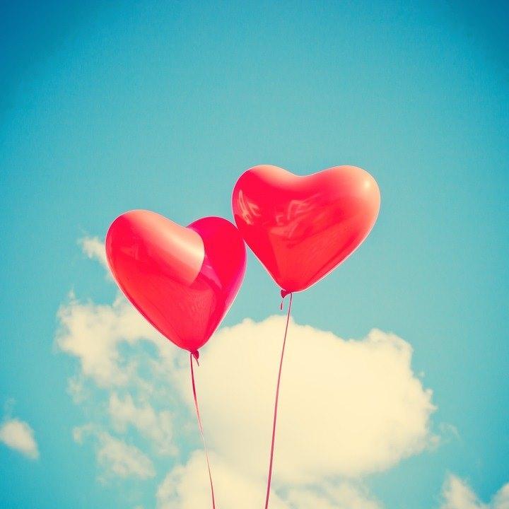 100 בלוני לבבות אדומים